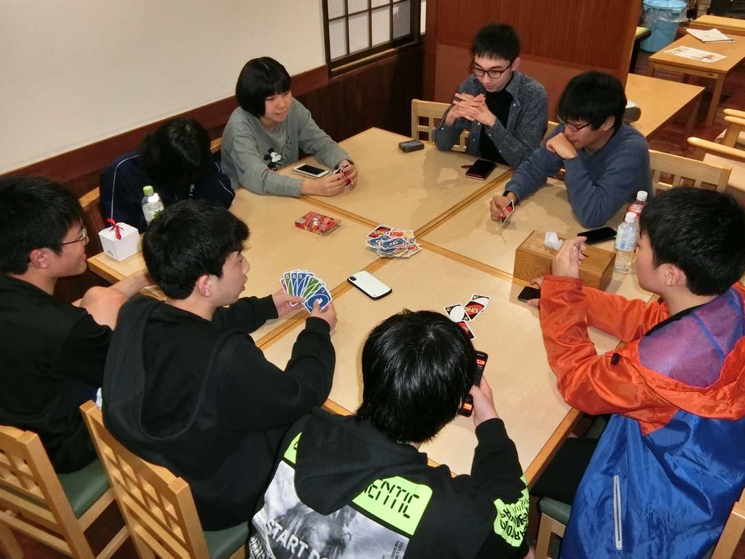 カードゲームで遊ぶ子供たち