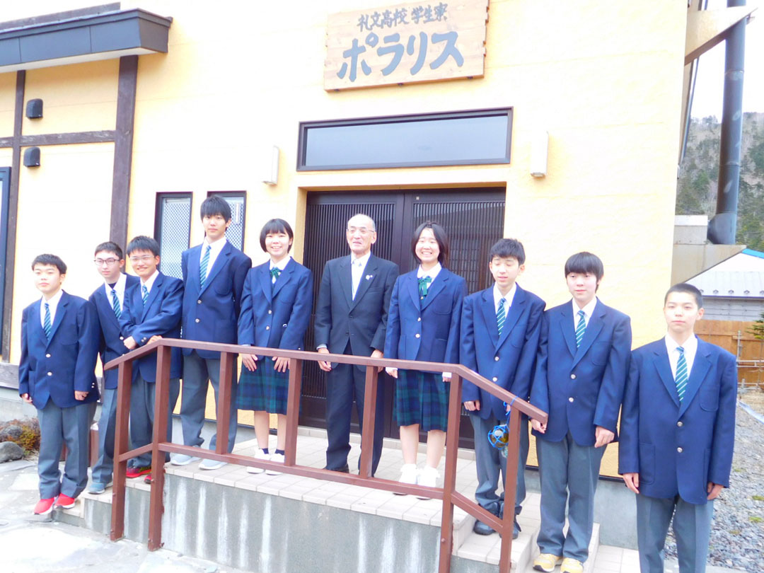 学生寮前の集合写真