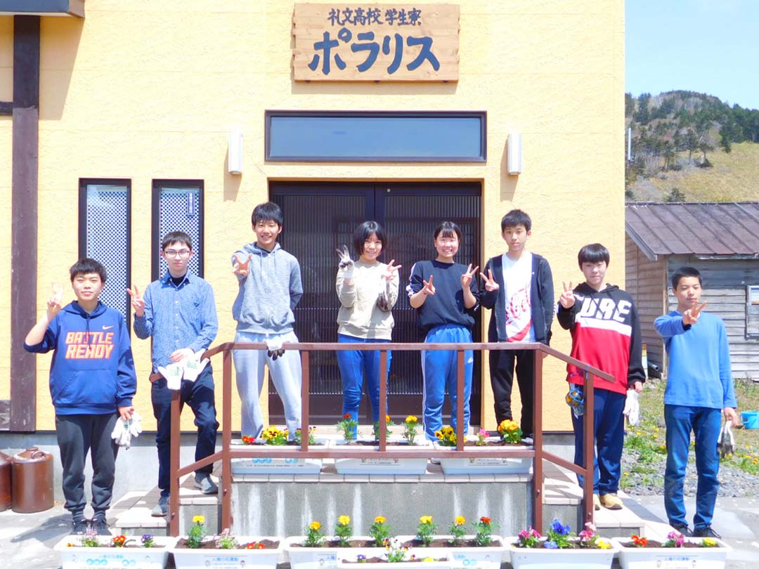 学生寮の前で記念撮影