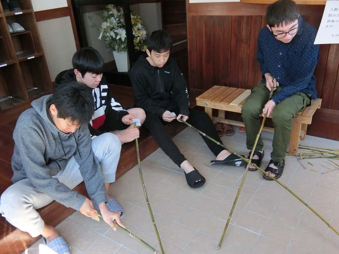 竹竿を持つ学生