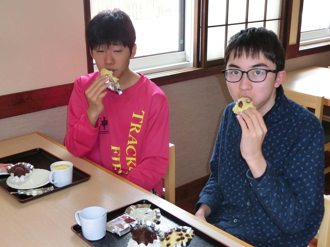 蒸しパンを食べる学生