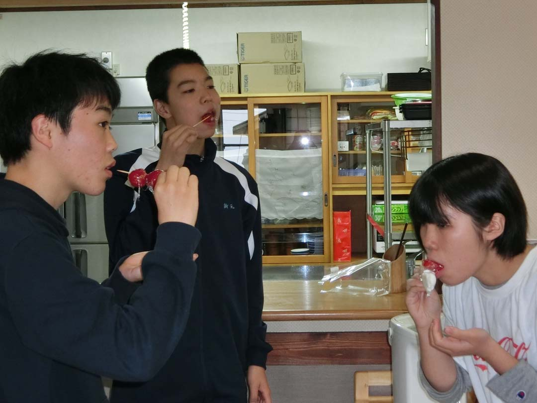 いちごを食べる学生