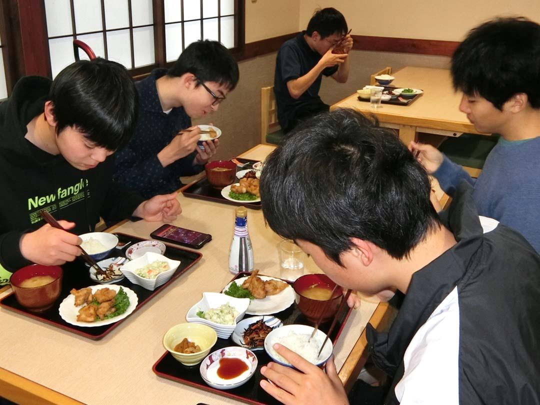 食事をする学生