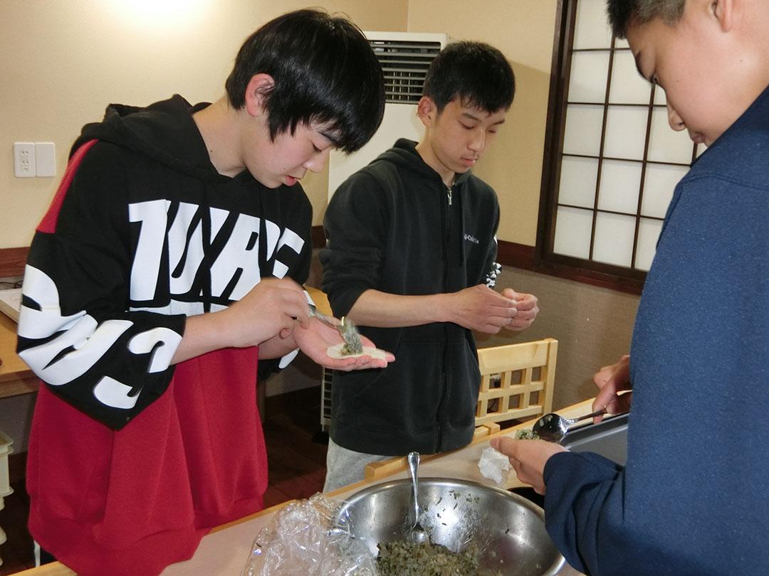 餃子づくりをする学生