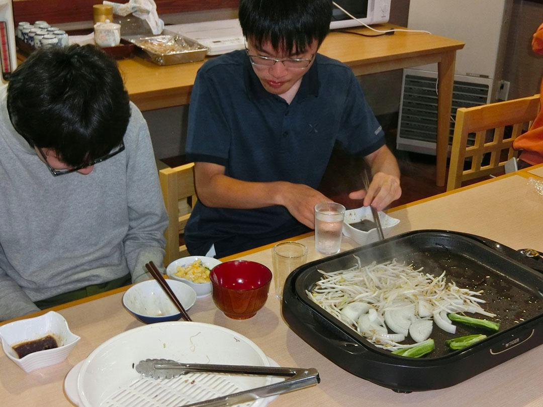 ジンギスカンを食べる学生